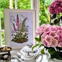 Dzikie rzeczy Obrazek oprawiony w drewniane, bielone ramki.